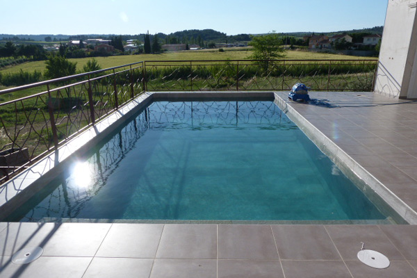 Plage en dalles sur plots argelier h rault carrelage for Plage piscine carrelage
